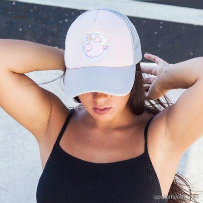 Modelo llevando la gorra Cerdicornio