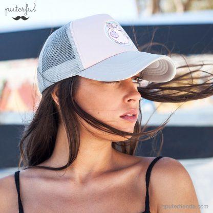 Modelo femenino llevando la gorra rosa Cerdicornio